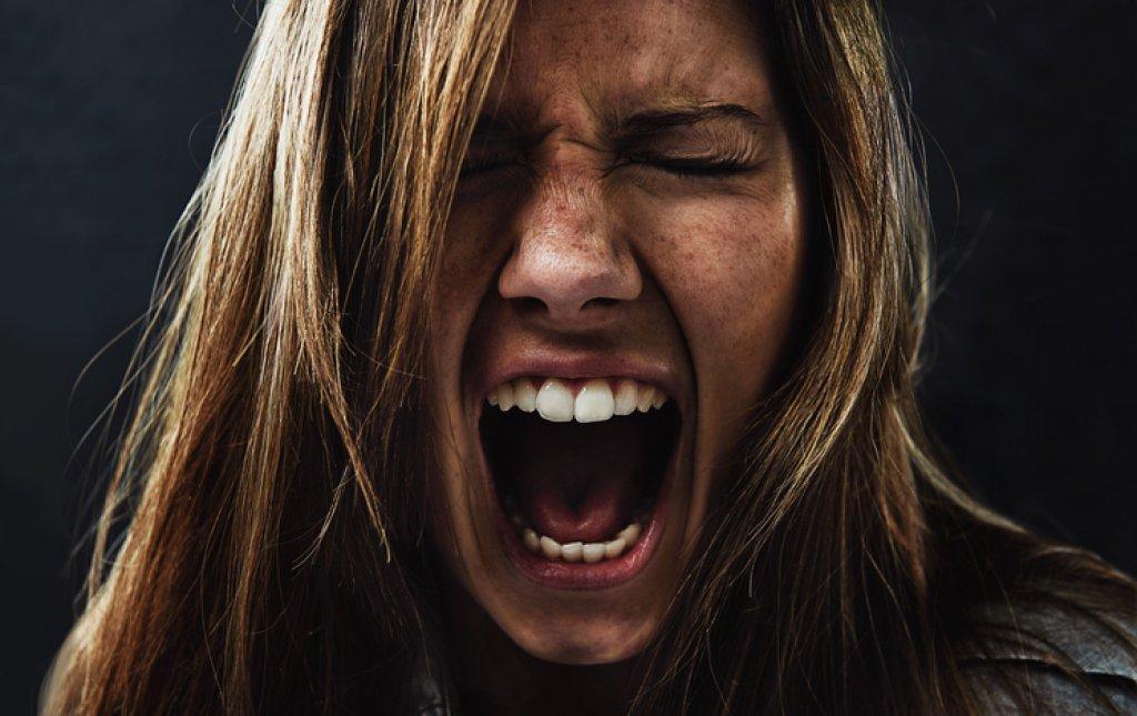 Att ge feedback till någon som skriker, gråter eller går till attack
