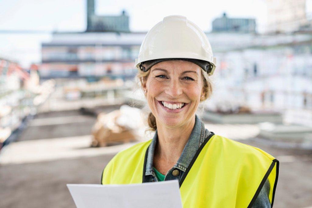 Glad kvinna byggarbetsplats beröm uppskattning
