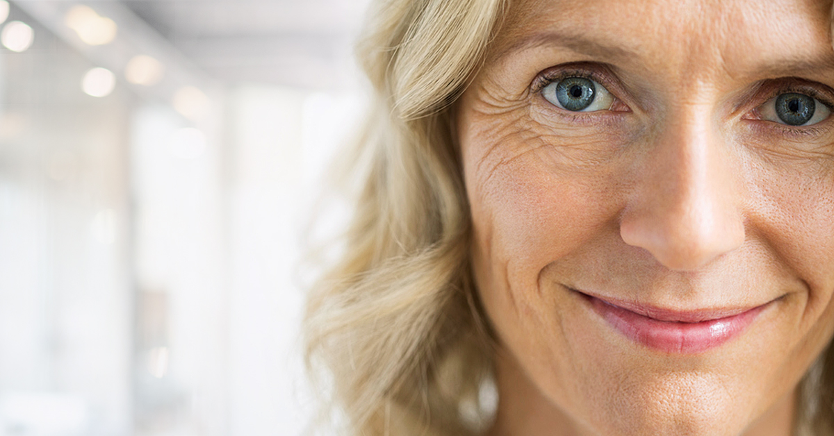 Närbild på kvinna som tittar rakt in i kameran och ser ut att aktivt lyssna på någon.