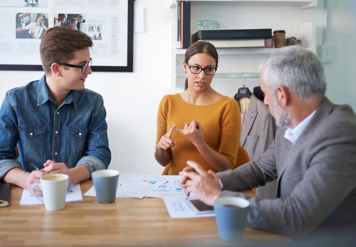 Försäljningsmöte med en grupp människor