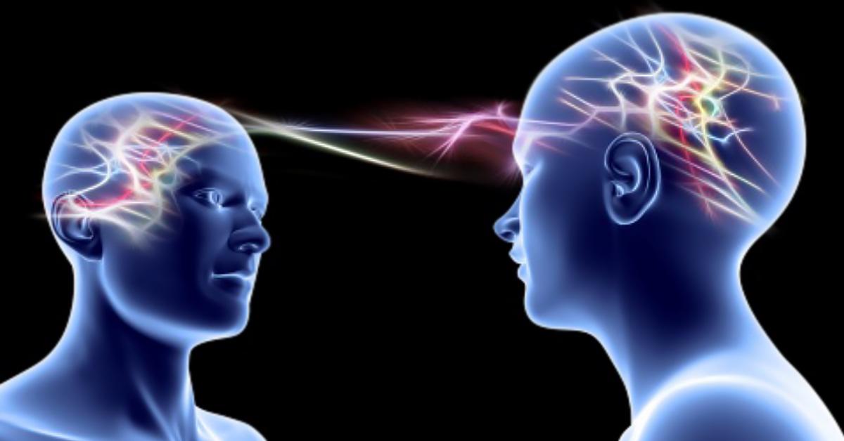 Illustrerad konceptbild som visar hjärnvågor mellan två människor - Framfot