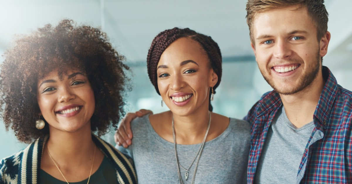 Tre unga personer ur generation Y på sin arbetsplats – Framfot företagsutbildning