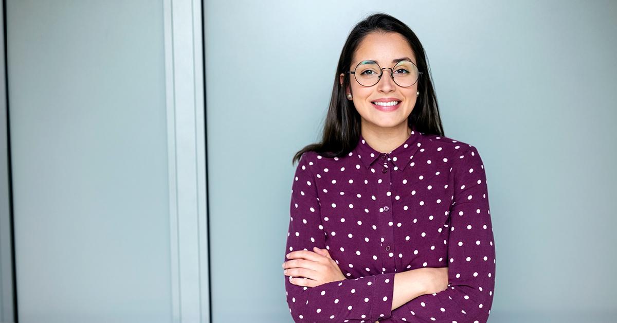 Glad kvinna i färgstark blus och runda glasögon – Framfot