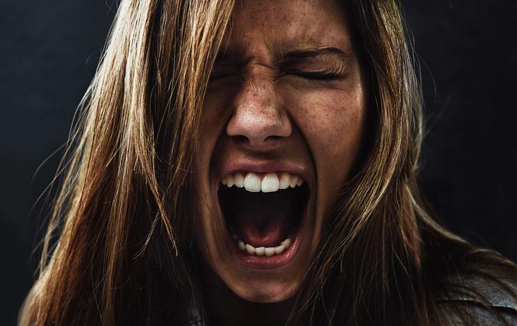En ung kvinna som skriker.