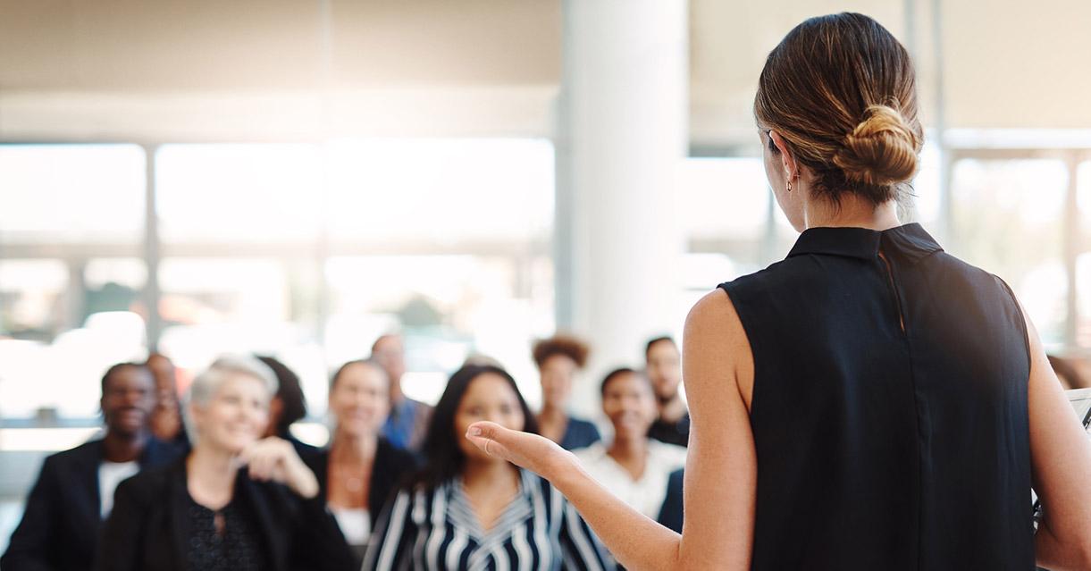 Kvinna håller presentation