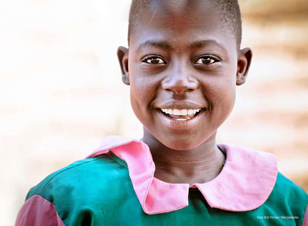 Flicka från Malawi ler mot kameran