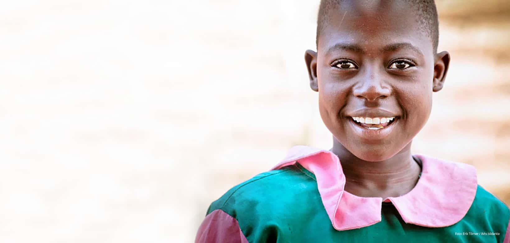 Flicka i Malawi som ler