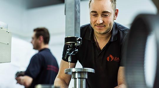 Anställd på företaget Leax jobbar vid en maskin