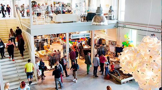 Människor handlar i köpcentrum