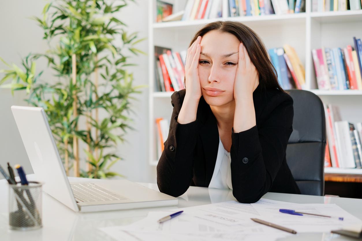 Kvinna på jobbet som känner jobbångest efter semestern.