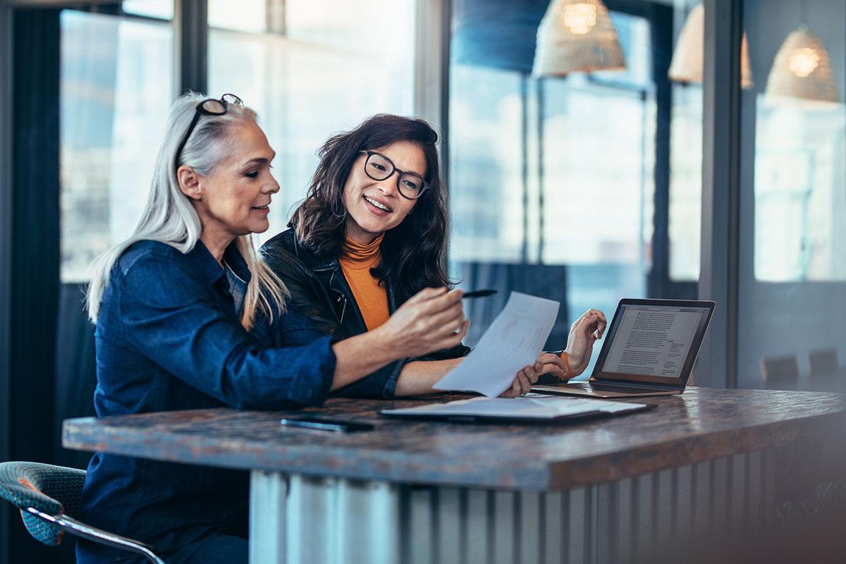 Två kvinnor håller utvecklingssamtal – Framfot företagsutbildning.