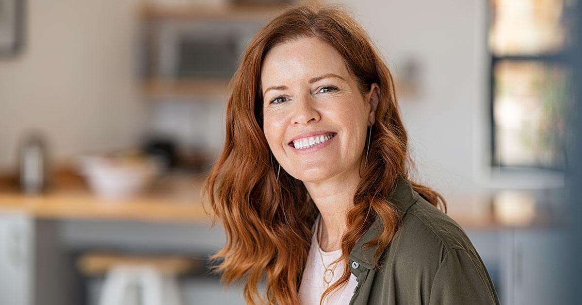 Glad kvinna i 40-årssåldern, jobbar som utbildare